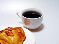 ブラックコーヒーとハムとチーズのクロワッサン