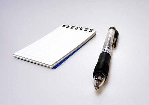 メモ帳とシャープペンシル斜めからの拡大写真