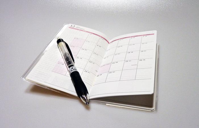 スケジュール帳とシャープペンシルなど文具の拡大写真