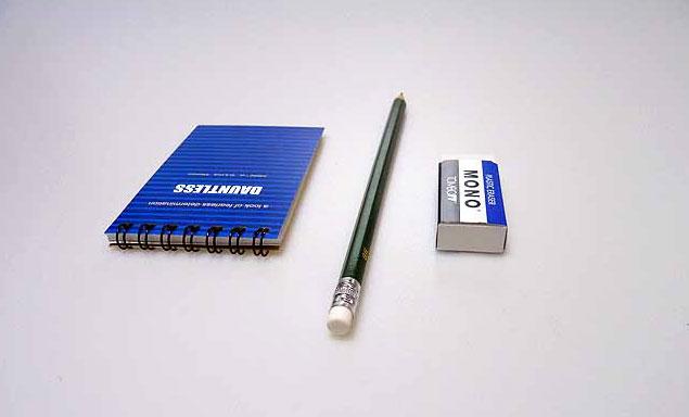 メモ帳と鉛筆とケシゴム背後の拡大写真