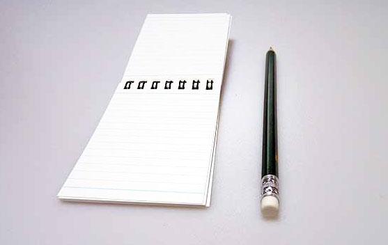 開いたメモ帳と鉛筆の拡大写真