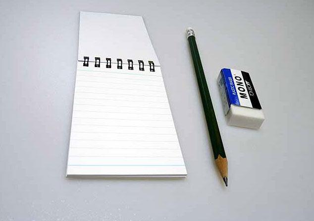 開いたメモ帳と鉛筆とケシゴムその2の拡大写真