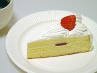 苺とクリームののショートケーキとコーヒーカップ
