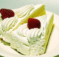 苺のショートケーキ2個を後ろから撮影