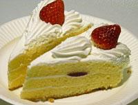 苺と生リームのショートケーキ2個を並列に並べて斜めから撮影