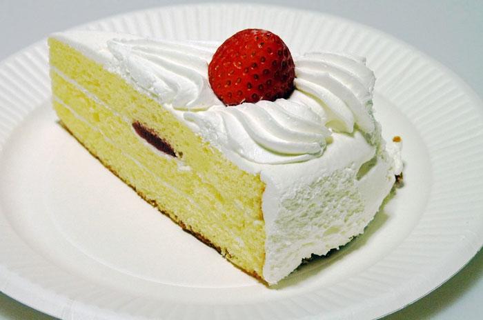 苺とクリームのショートケーキ(スポンジの中に苺)の拡大写真