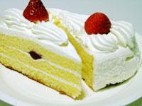 美味しそうなイチゴのショートケーキ2個を対に並べて撮影