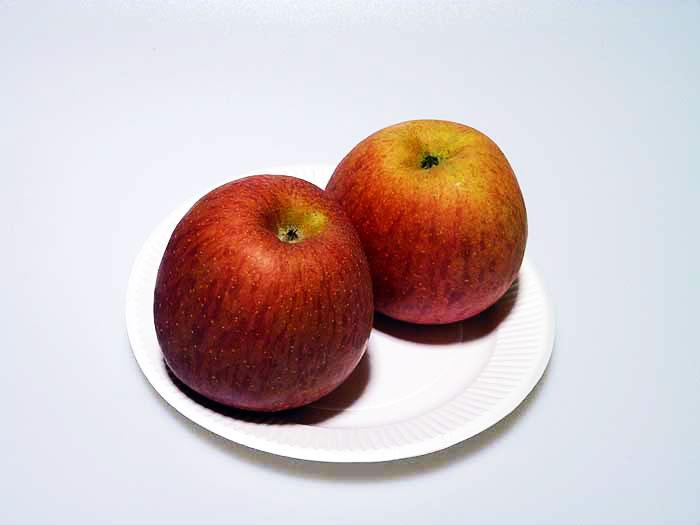 赤い林檎2個の拡大写真