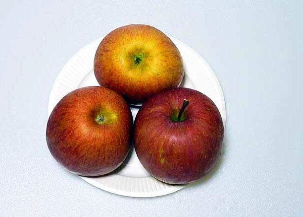 上から撮影したリンゴ3個の拡大写真