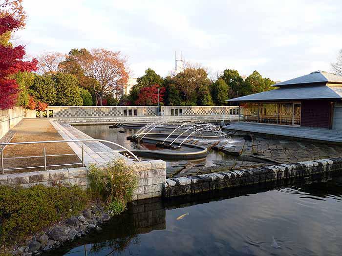 木造の建物と綺麗な噴水の景色の拡大写真
