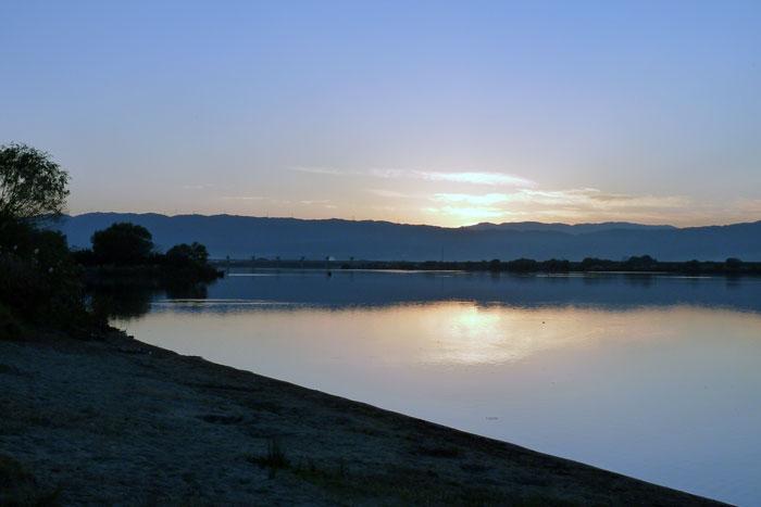 綺麗な夕日と山と川の風景の拡大写真