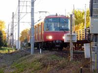 赤い電車と線路の風景