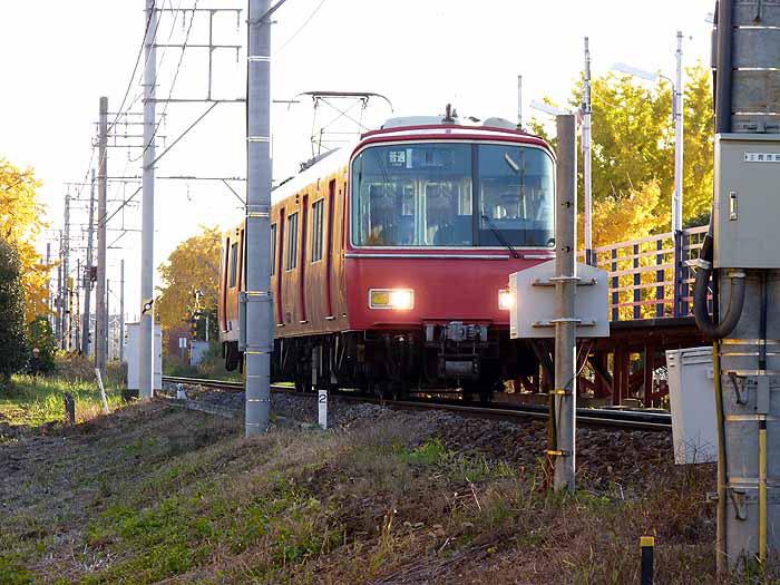 赤い電車と線路の風景の拡大写真