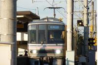 駅に入ってきたシルバーの電車