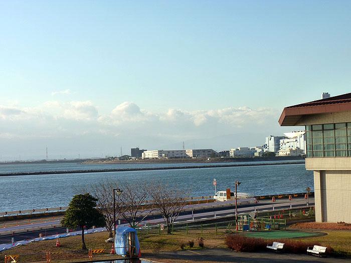 青い海と水色の空・海沿いの道路の拡大写真