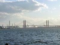海にかかる大きな赤い橋