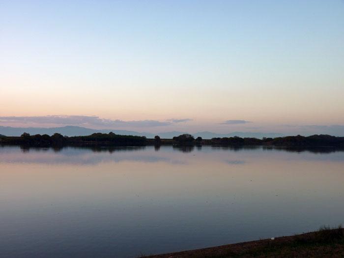 夕暮れの空と川の自然風景の拡大写真