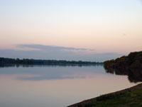夕暮れの空と雲と川の自然風景