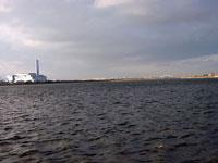 大きな海と空に広がる灰色の雲