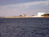 大きな海と対岸の工場