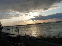 夕暮れ時の海と空と雲の風景