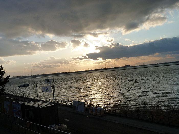 夕暮れ時の海と空と雲の風景の拡大写真