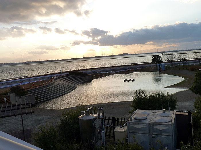 夕暮れ時の海と池の風景の拡大写真