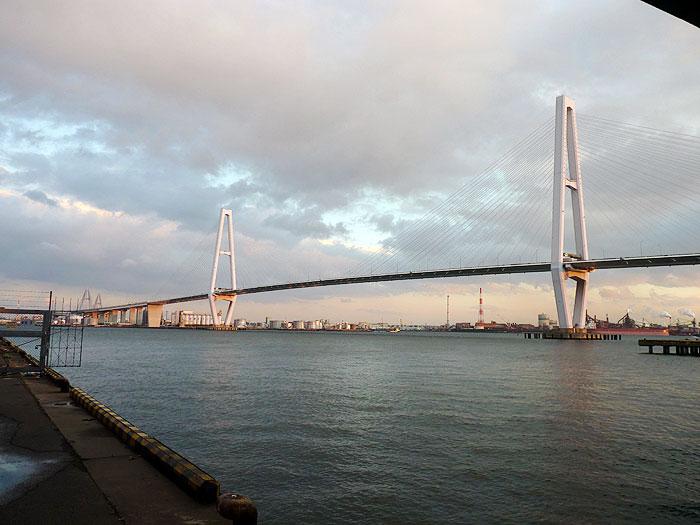 夕暮れ時の海と大きな斜張橋の拡大写真