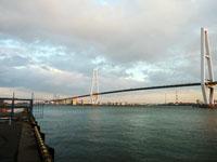 夕暮れ時の海と大きな斜張橋その2