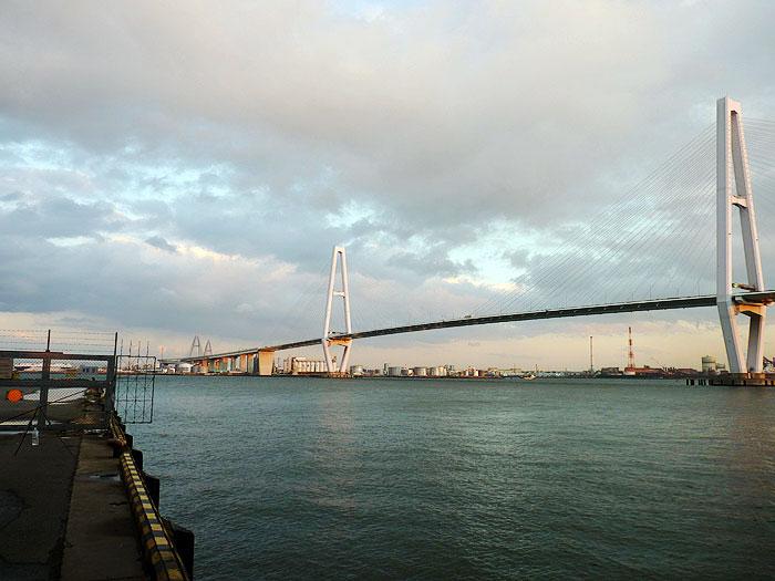 夕暮れ時の海と大きな斜張橋その2の拡大写真
