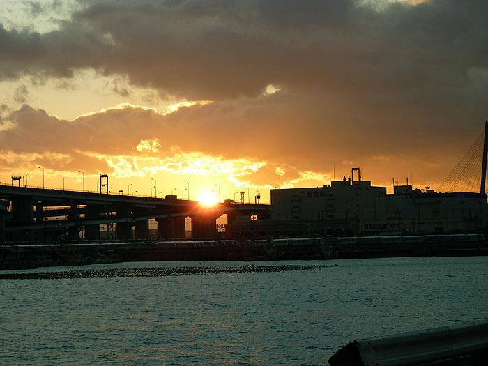 夕日に照らされた町と海と空の拡大写真