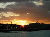 夕日に照らされた町と海と空その2