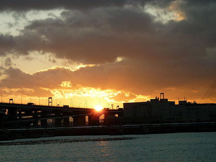 夕日に照らされた町と海と空その2の拡大写真