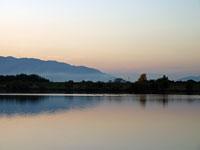 夕暮れ時の空と山と川の自然の風景