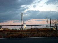 夕暮れ時の斜張橋とオシャレな建物