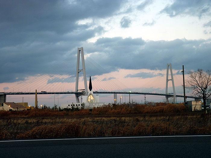 夕暮れ時の斜張橋とオシャレな建物の拡大写真