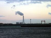 海の向こうの煙突から白い煙