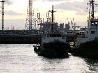 港に停泊する漁船と夕暮れ時の海