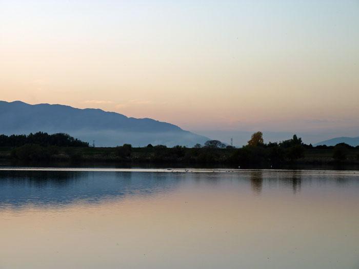 夕暮れ時の空と山と川の自然の風景の拡大写真