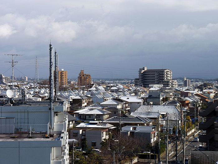 屋根に積もった雪の町の冬景色の拡大写真
