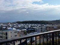 公園から見下ろす雪が降った冬の町