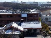 建物の屋根に積もった雪