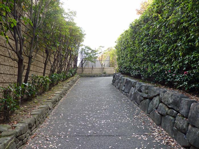 石垣と散歩道と垣根の風景の拡大写真