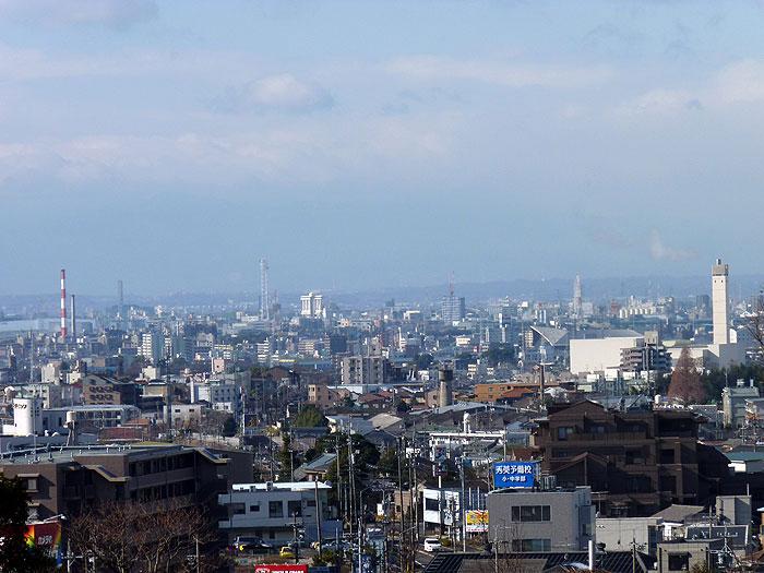 白みがかった町と空の冬景色の拡大写真
