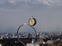 時計のオブジェと町の冬景色