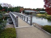 橋と池と庭園の景色