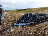 石と芝生と雪の冬景色