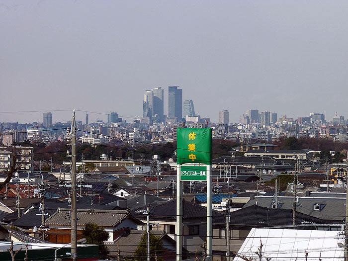 遠くに見えるビルと町の冬の風景の拡大写真
