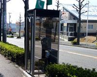 道路脇の電話ボックス