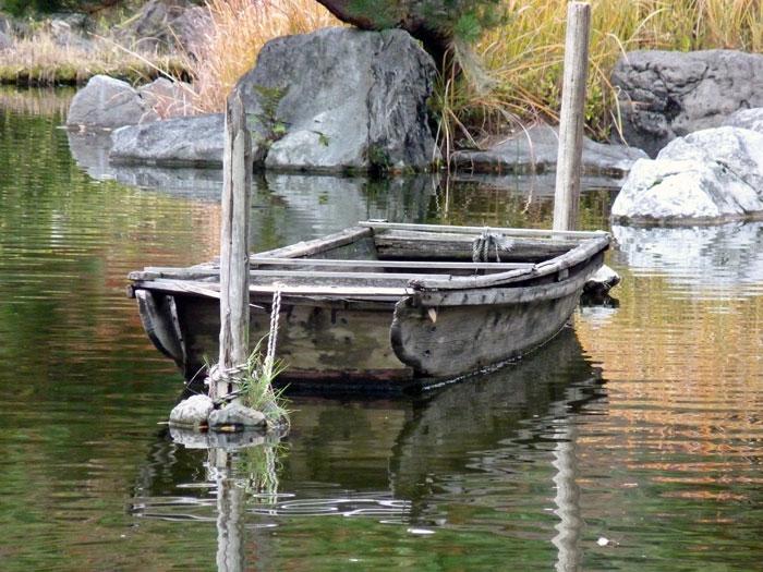 木の船と池の景色の拡大写真